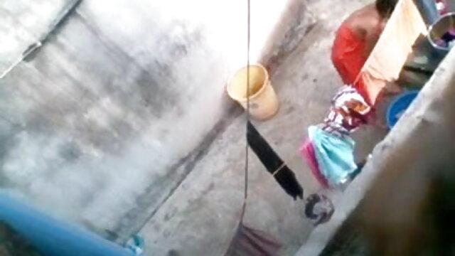 விரும்பத்தக்க அழகி அவள் பெறும் துடிப்பை முதிர்ந்த லெஸ்பியன் விரும்புகிறாள்