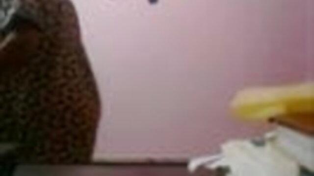 சப்பி அழகி லோலா ஆங்கிலம் நீல, கவர்ச்சி தனது அடர்த்தியான பழுப்பு நிற டில்டோ புண்டைக்கு உணவளிக்கிறாள்