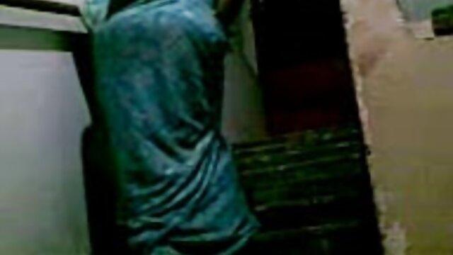 அப்பலோனியா தனது ஆங்கிலம் xnx புண்டையை விற்றாள்