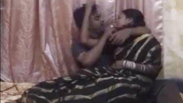 மிகவும் சூடான டீன் அழகி அவளால் பிடிக்கப்படுகிறாள் ஆங்கிலம் டிரிபிள் செக்ஸ்