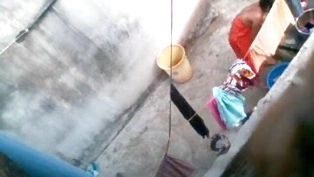வெள்ளை மற்றும் கருப்பு டிக்கில் இருந்து பஸ்டி செக்ஸ் மாமியின் ஆங்கிலம் உறிஞ்சப்படுகிறது