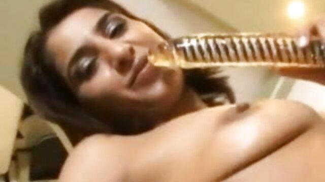 நகைச்சுவையுடன் லத்தீன் பெண் என் பெரிய ஆங்கிலம் பால்களின் டிக் மீது டிண்டர்