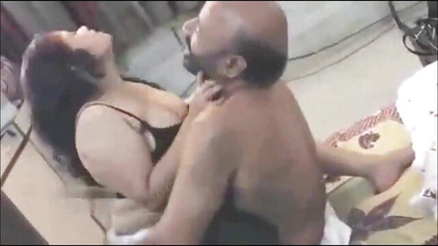 - புஸ்டி கருங்காலி ஒரு bp, கவர்ச்சி ஆங்கிலம் வெள்ளை சேவலை அவள் வாயிலும் புண்டையிலும் சறுக்குகிறது