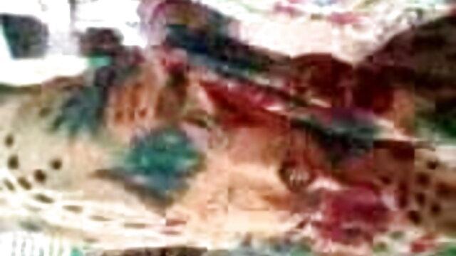 பல புணர்ச்சியைக் கொண்ட உள்ளாடைகளில் கல்லூரி இளைஞன். கேனரிக்கு bp, கவர்ச்சி ஆங்கிலம் செய்யப்பட்டது
